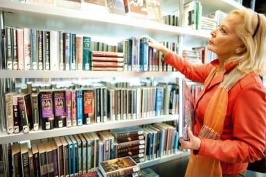 Kasten vol boeken vrij toegankelijk voor iedereen
