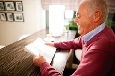 Man die met zichtbaar plezier een boek leest.