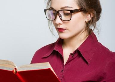 Vrouw die een boek leest in de nieuwe bibliotheek klachtenregeling